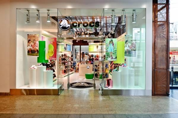 Jeden ze stacjonarnych sklepów Crocs.
