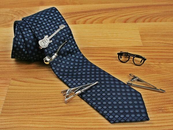 krawaty i muchy w jego szafa